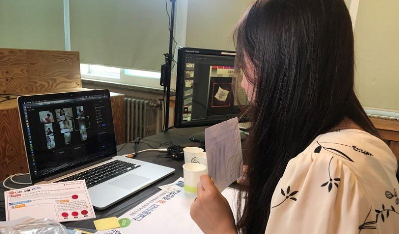 과학수사대 체험을 온라인 수업으로 진행하고 있는 모습.jpg