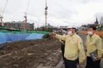 아현2구역 주택재건축정비사업 현장을 점검하는 유동균마포구청장.jpg